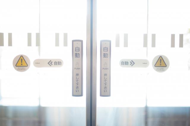 自動ドアが開閉する仕組みと導入のメリットを解説